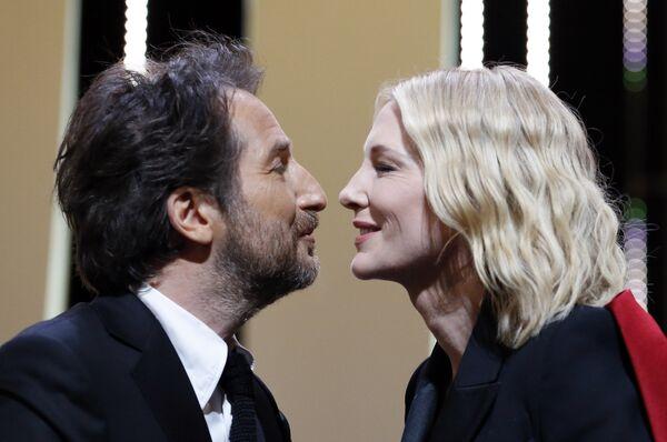 Ведущий церемонии закрытия Эдуард Баэр и президент жюри Кейт Бланшетт на закрытии 71-го Каннского международного кинофестиваля