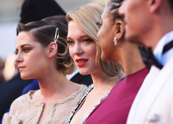 Члены жюри фестиваля - актрисы Кристен Стюарт, Леа Сейду, режиссер Ава Дюверней (слева направо) на красной дорожке церемонии закрытия 71-го Каннского международного кинофестиваля