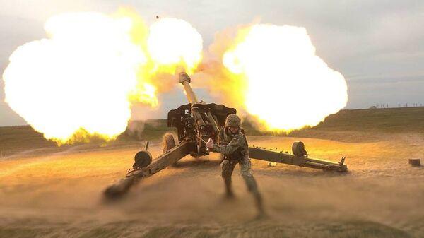 Украинский военный во время залпа из орудия