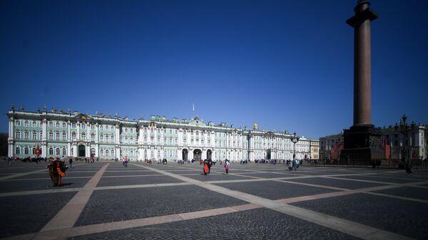 Здание Эрмитажа и Александровская колонна на Дворцовой площади в Санкт-Петербурге. Архивное фото