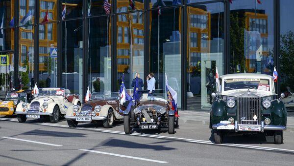Ретро-автомобили на международном проекте Ралли мира в рамках Петербургского международного экономического форума