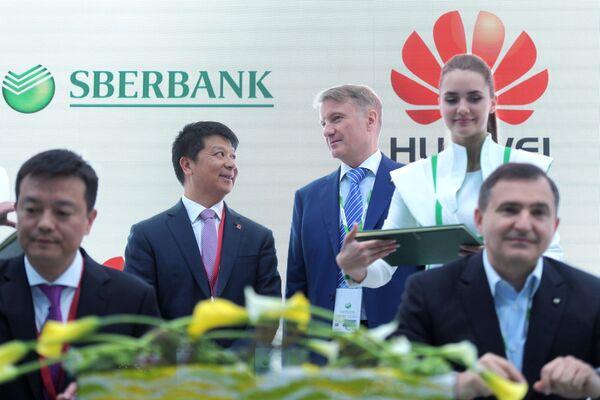Исполнительный директор Huawei Technologies Co.,Ltd. Го Пин и президент, председатель правления ОАО Сбербанк России Герман Греф на Петербургском международном экономическом форуме. 24 мая 2018
