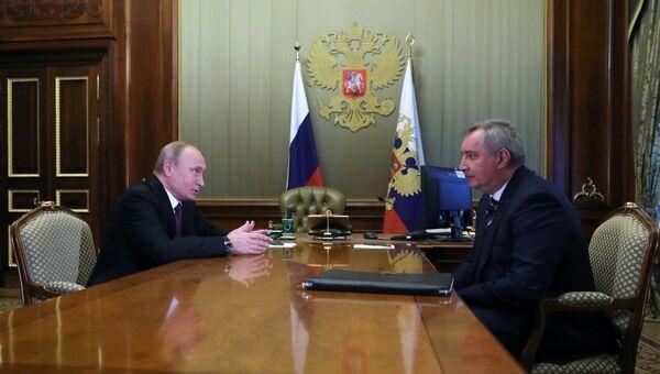 Президент РФ Владимир Путин и бывший вице-премьер Дмитрий Рогозин во время встречи на полях Петербургского международного экономического форума. 24 мая 2018