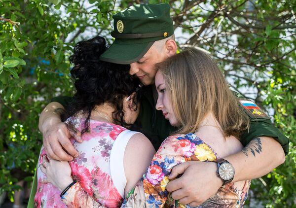 Призывник прощается с родными и близкими перед отправкой из Севастопольского военного комиссариата для похождения службы в Воздушно-космических силах