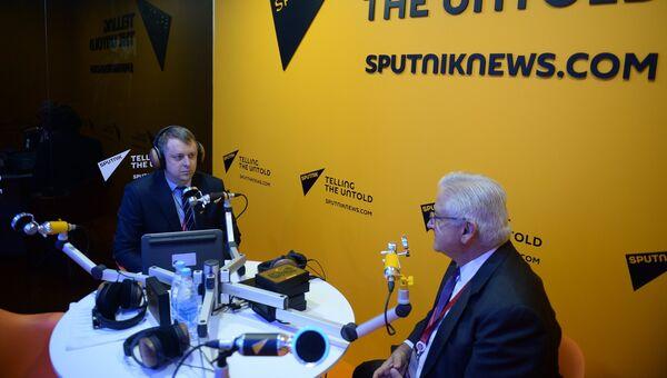Президент Американской торговой палаты в России (AmCham) Алексис Родзянко (справа) в радиорубке Sputnik на площадке VII международного форума Арктика: настоящее и будущее