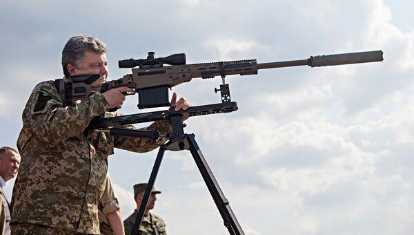 Президент Украины Петр Порошенко со снайперской винтовкой