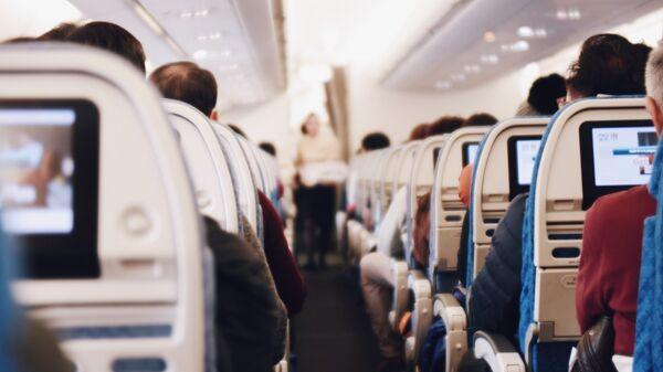 Пассажиры в салоне самолета. Архивное фото
