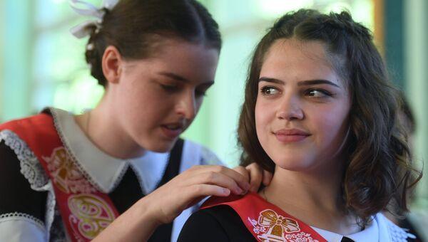 Выпускницы средней образовательной школы №3 в подмосковной Балашихе во время празднования последнего звонка. Архивное фото