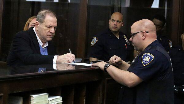 Бывший голливудский кинопродюсер Харви Вайнштейн в Манхэттенском уголовном суде в Нью-Йорке. 25 мая 2018