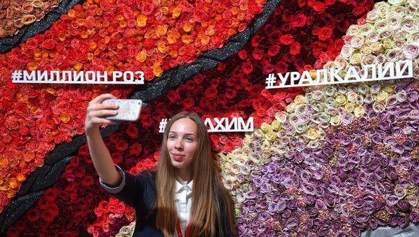 Девушка фотографируется на Петербургском международном экономическом форуме. 26 мая 2018