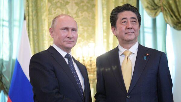Президент РФ Владимир Путин и премьер-министр Японии Синдзо Абэ. Архивное фото