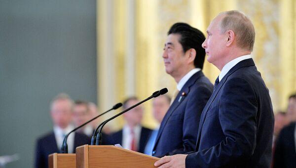Президент РФ Владимир Путин и премьер-министр Японии Синдзо Абэ. 26 мая 2018