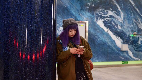 Девушка на станции Новокрестовская в Санкт-Петербурге