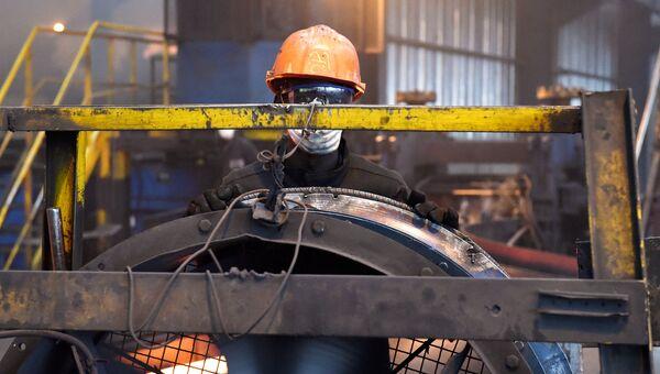 Рабочий на стелелитейном заводе в Кот-д'Ивуаре. Архивное фото