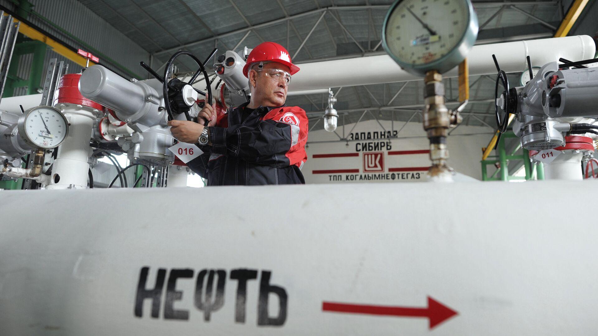 Рабочий на пункте подготовки нефти  - РИА Новости, 1920, 20.07.2021