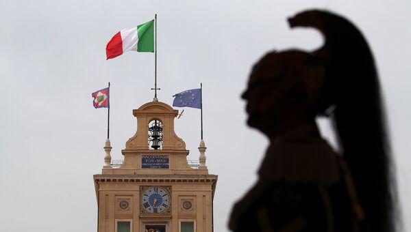 Почетный караул в Квиринальском дворце - официальной резиденции президента Италии - перед встречей Карло Коттарелли и президента Италии Серджо Маттареллы