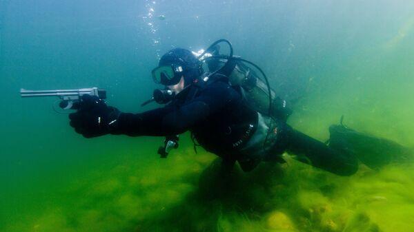 Выполнение учебной стрельбы из специального подводного пистолета СПП-1 под водой