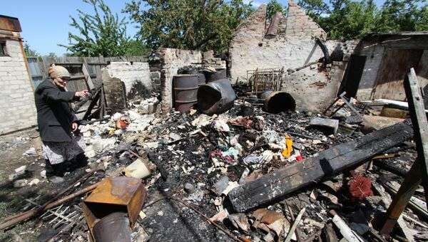 Последствия обстрела ВСУ жилого дома в Донбассе. Архивное фото