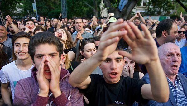 Участники акции протеста в Тбилиси у здания главной прокуратуры Грузии с требованием отставки главы ведомства Ираклия Шотадзе. 31 мая 2018