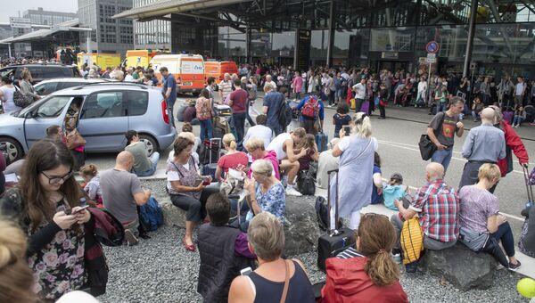 Пассажиры у входа в терминал аэропорта Гамбурга, Германия. 3 июня 2018