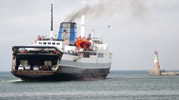 Заход судна паромной переправы Холмск-Ванино Сахалинского морского пароходства в порт Холмск. Архивное фото