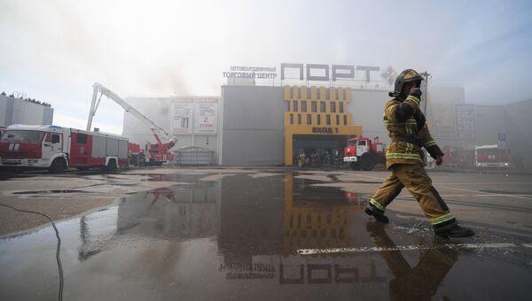 e4b17755e5b4 Сотрудники МЧС и пожарная техника перед зданием торгового центра Порт в  Казани, где произошло возгорание
