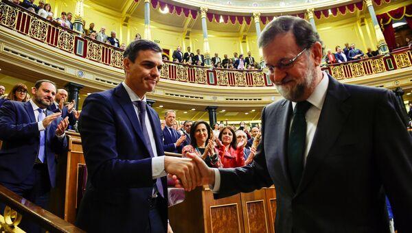 Новый премьер-министр Испании Педро Санчес пожимает руку бывшему председателю правительства Испании Мариано Рахою