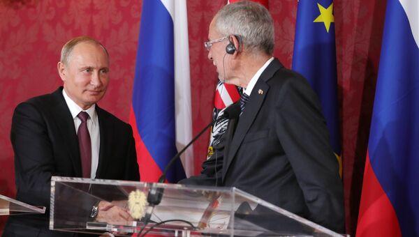 Президент РФ Владимир Путин и федеральный президент Австрии Александр Ван дер Беллен на пресс-конференции по итогам встречи во дворце Хофбург в Вене. 5 июня 2018