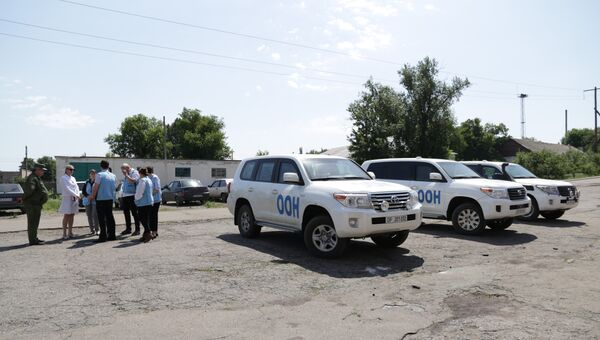Представители ЛНР передают докладчику ООН Нильсу Мельцеру список удерживаемых Киевом лиц, которым было отказано в медицинской помощи