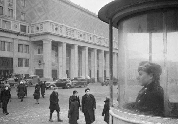 Триумфальная площадь в Москве. Концертный зал имени Петра Ильича Чайковского – на втором плане