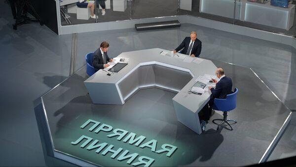 Президент РФ Владимир Путин отвечает на вопросы россиян во время ежегодной специальной программы Прямая линия с Владимиром Путиным. 7 июня 2018