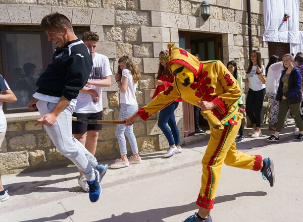 Эль Колачо — фестиваль прыжков через детей в деревне Кастрильо-де-Мурсия, Испания