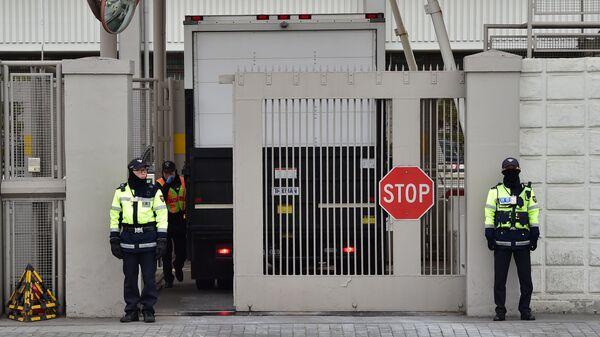Полиция у ворот посольства США в Сеуле, Южня Корея. Архивное фото