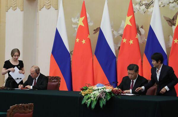 Президент РФ Владимир Путин и председатель КНР Си Цзиньпин на церемонии подписания совместных документов по итогам российско-китайских переговоров в Пекине