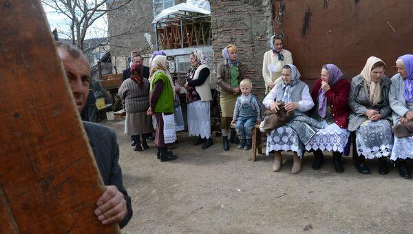 Молокане в ожидании поминального обеда после похорон пожилой женщины на кладбище в селе Лермонтово