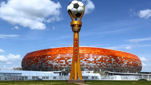 Стела с мячом возле стадиона Мордовия Арена в Саранске