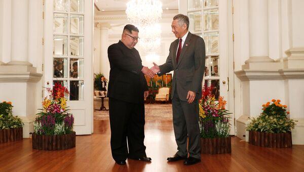 Глава Северной Кореи Ким Чен Ын и премьер-министр Сингапура Ли Сяньлун во время встречи. 10 июня 2018
