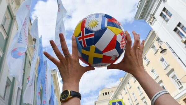 Футбольный мяч с изображением флагов стран-участниц чемпионата мира по футболу FIFA 2018.