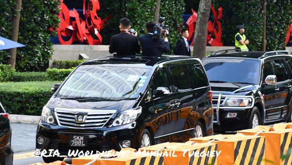 Северокорейские журналисты снимают кортеж Ким Чен Ына. 12.06.2018