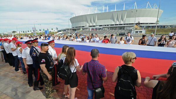 Участники празднования Дня России в Ростове-на-Дону развернули самый длинный флаг у стадиона Ростов-Арена. 12 июня 2018