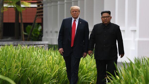 Президент США Дональд Трамп и лидер КНДР Ким Чен Ын Во время прогулки у отеля Капелла в Сингапуре