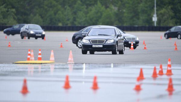 Сотрудники ФСО во время занятий по контраварийному вождению на автодроме Федеральной службы охраны