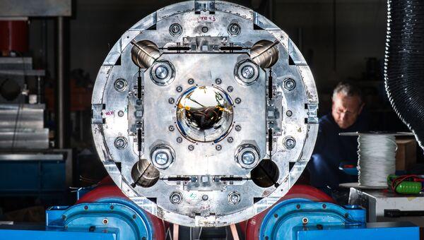Квадрупольный сверхпроводящий магнит, один из компонентов новой версии БАК