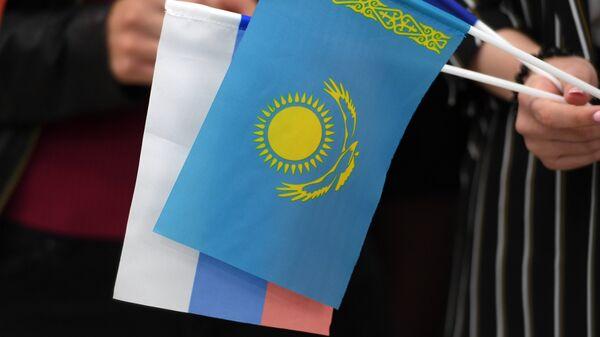 Флаги Казахстана и России. Архивное фото