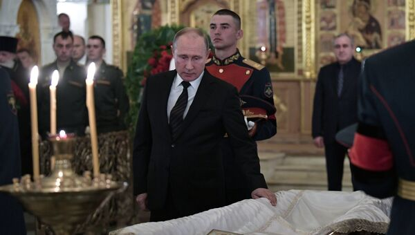 Президент РФ Владимир Путин присутствовует на церемонии прощания со Станиславом Говорухиным в Преображенской церкви храма Христа Спасителя. 16 июня 2018
