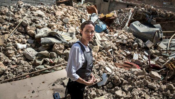 Специальный посланник ООН по делам беженцев Анджелина Джоли в районе Старого города в Западном Мосуле, Ирак. 16 июня 2018