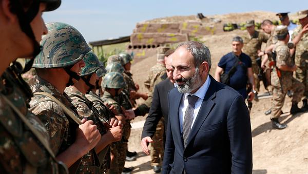 Пашинян на линии соприкосновения в Карабахе. Архивное фото