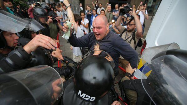 Сотрудники полиции и противники Марша равенства в поддержку ЛГБТ сообщества в Киеве