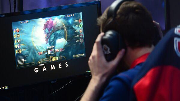 Молодой человек играет в League of Legends