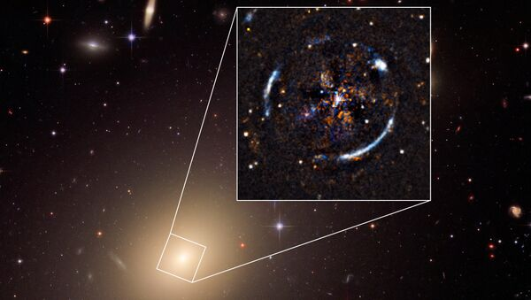 Гравитационная линза ESO 325-G04, которая помогла астрономам проверить теории Эйнштейна